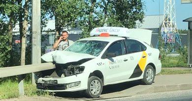Foto В Санкт-Петербурге таксист на сбил девушку и насадил машину на отбойник, как на шампур 2 22.09.2021