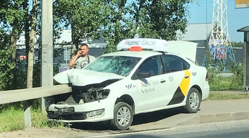 В Санкт-Петербурге таксист на сбил девушку и насадил машину на отбойник, как на шампур 1 17.04.2021