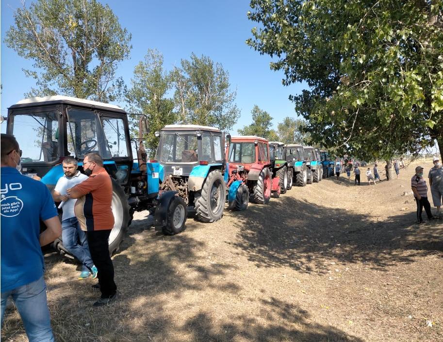 Сельхозпроизводители района Басарабяска провели акцию протеста, выставив около 30 тракторов вдоль обочины дороги 2 15.05.2021