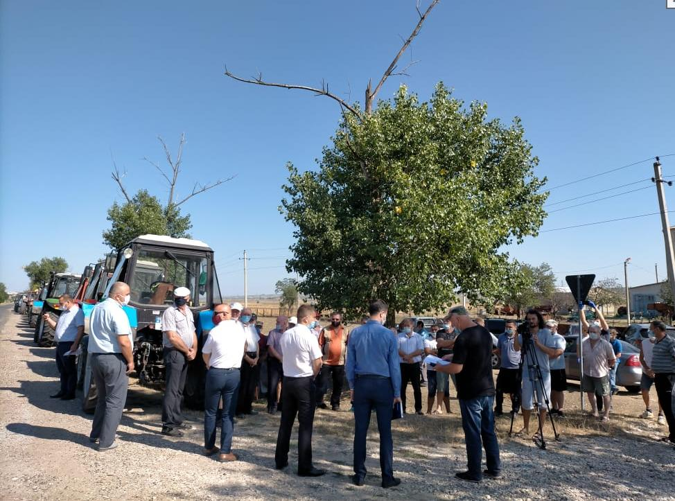 Сельхозпроизводители района Басарабяска провели акцию протеста, выставив около 30 тракторов вдоль обочины дороги 3 15.05.2021