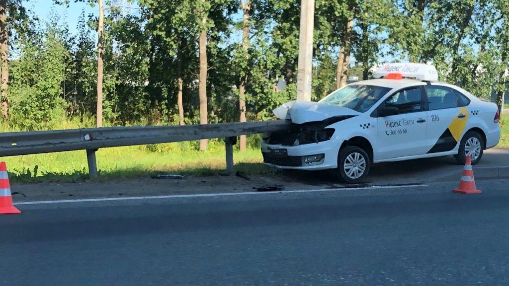 В Санкт-Петербурге таксист на сбил девушку и насадил машину на отбойник, как на шампур 2 17.04.2021