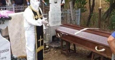 Preot din România surprins echipat în combinezon anti-COVID la o înmormântare