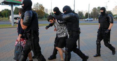 Белорусские силовики избивали российских журналистов, несмотря на то, что на тех были надеты жилеты с надписью «пресса» 4 12.04.2021