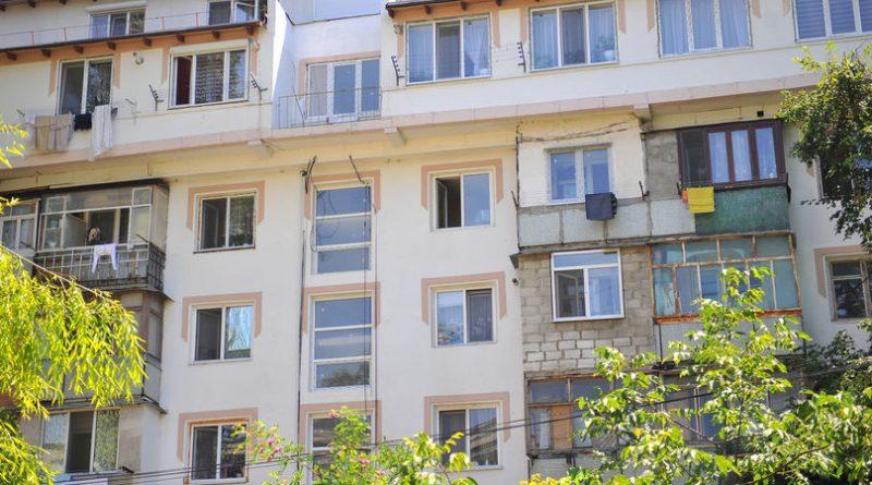 Un copil de doi ani a căzut de la etajul patru al unui bloc de locuit din orașul Soroca