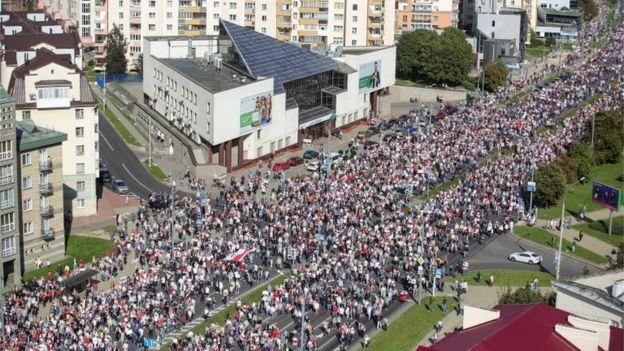 Протесты в Беларуси: десятки тысяч около резиденции Лукашенко, сотни задержанных 1