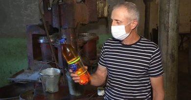 Un bărbat din raionul Drochia produce ulei natural mai bine de zece ani