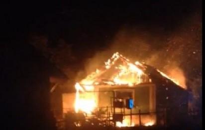 /VIDEO/ O casă din orașul Soroca a fost cuprinsă în totalitate de flăcări