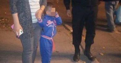 Copil de trei ani lăsat fără supraveghere găsit de carabineri pe o stradă din Bălți