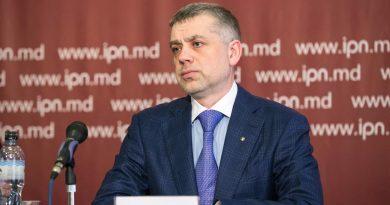 Лидер Партии регионов Александр Калинин заявил, что отказывается от участия в предвыборной гонке на президентских выборах 4