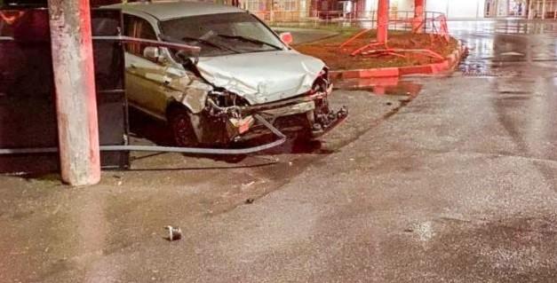 A urcat beat la volan și a ajuns într-o barieră de protecție din orașul Bălți