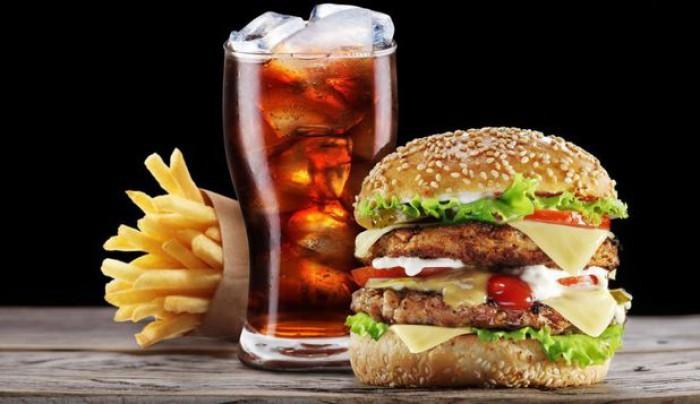 Băuturile răcoritoare, burgerii și biscuiții duc la o îmbătrinire mai rapidă a organismului