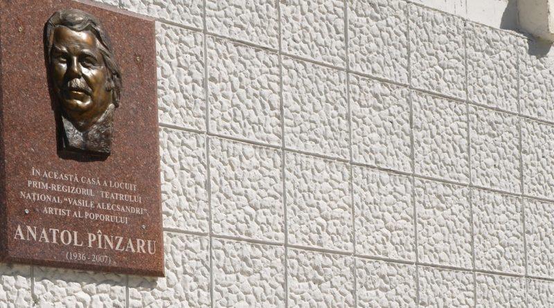 La Bălți a fost inaugurată o placă comemorativă în memoria regizorului Anatol Pînzaru