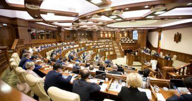 Parlamentul a păstrat indemnizațiile de 16 000 lei pentru angajații sistemului medical și polițiștii infectați cu COVID-19