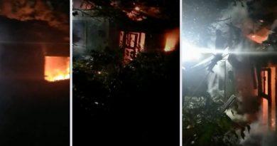 /VIDEO/ O casă părăsită din Bălți a fost mistuită de flăcări. Pompierii au luptat cu focul mai bine de trei ore