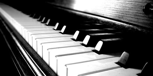 Un actor francez a dăruit un pian japonez Colegiului de Arte din Socora