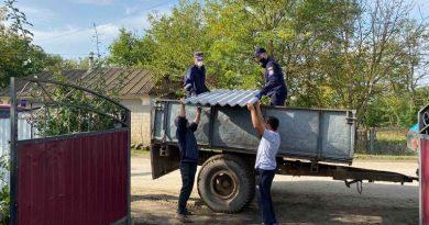 /VIDEO/ Salvatorii au distribuit materiale de construcție în raionul Soroca pentru populația afectată de intemperii