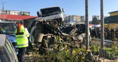 /FOTO/ Un autocamion încărcat cu 20 tone de pietriș s-a tamponat în patru automobile pe o stradă din orașul Lipcani 2 17.05.2021