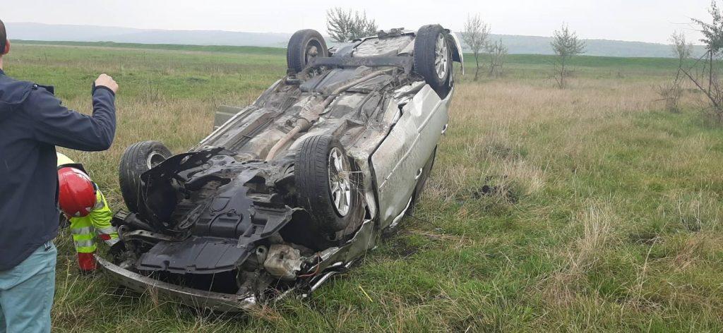 /FOTO/ Doi tineri din raionul Sângerei s-au inversat cu automobilul 1