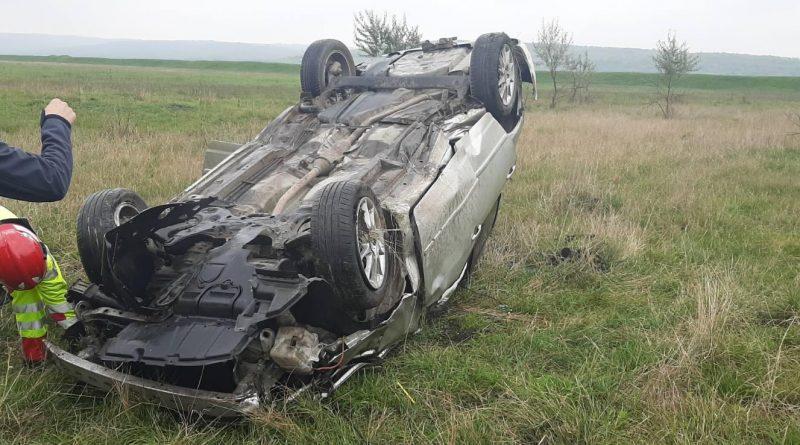 /FOTO/ Doi tineri din raionul Sângerei s-au inversat cu automobilul