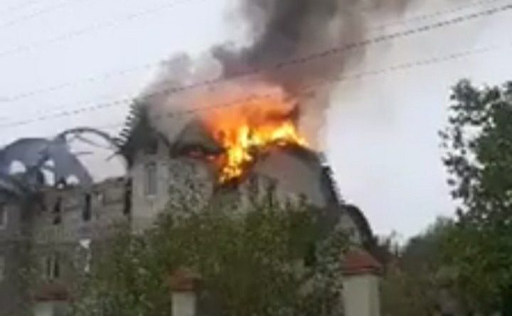 /VIDEO/ Acoperișul unei case cu trei nivele din satul Drochia a fost cuprins de flăcări