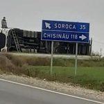 /FOTO/ Un camion s-a răsturnat pe un traseu din raionul Florești