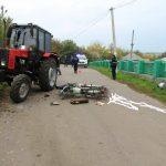 /FOTO/ Un bărbat din raionul Florești a decedat după ce s-a tamponat cu motocicleta într-un tractor
