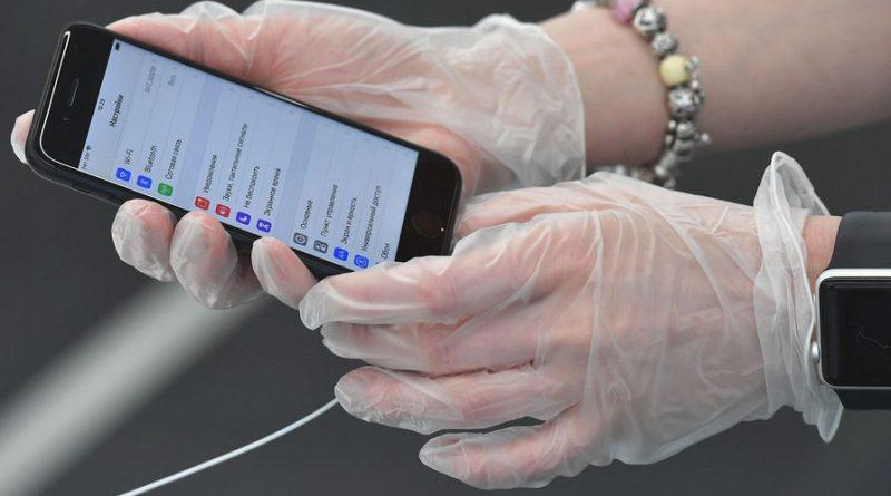 """Ученые рассказали, сколько коронавирус """"живет"""" на купюрах и экранах смартфонов"""