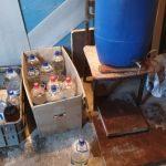 Afacere cu alcool etilic contrafăcut descoperită la Bălți. Printre făptași se află și o femeie de 70 ani