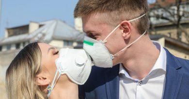 Итальянская полиция оштрафовала на 400 евро влюбленную пару в Милане, которая целовалась без медицинских масок 3 11.05.2021