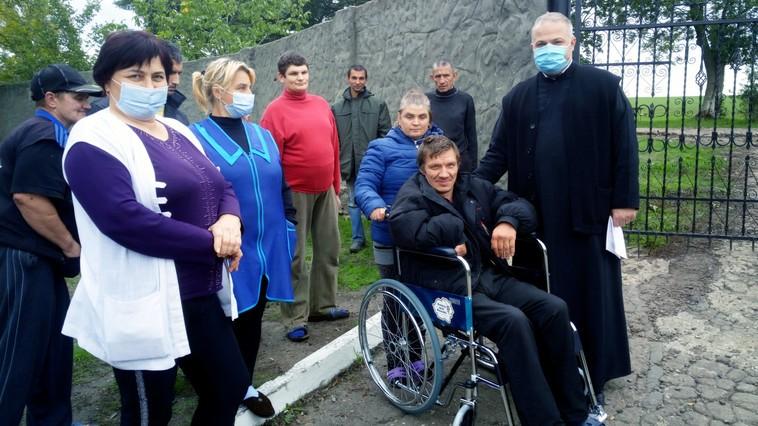 Mai multe scaune cu rotile au fost donate Centrului de Plasament din Bădiceni, dar și unor locuitori ai satului Vădeni din raionul Soroca