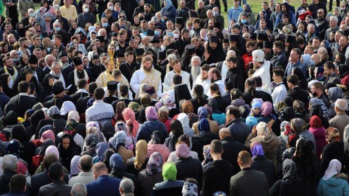 Oamenii legii a pornit o procedură contravențională pe cazul îmbulzelii la înmormântarea Arhimandritului Rafail în raionul Drochia