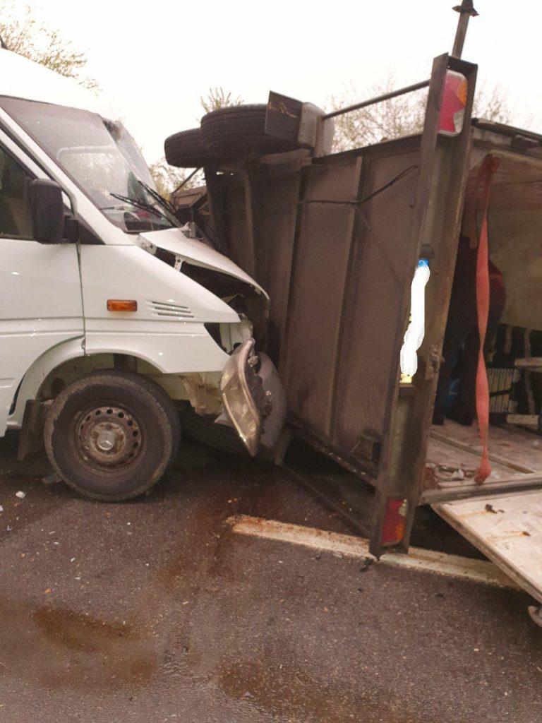 /FOTO/ Accident în raionul Râșcani. Trei persoane au ajusn la spital după ce microbusul în care se aflau s-a tamponat într-o remorcă 1
