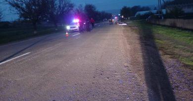 /FOTO/ Un bărbat din satul Chetrosu a fost lovit mortal de către o mașină. Conducătorul auto a fugit de la fața locului