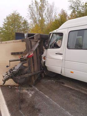 /FOTO/ Accident în raionul Râșcani. Trei persoane au ajusn la spital după ce microbusul în care se aflau s-a tamponat într-o remorcă 4