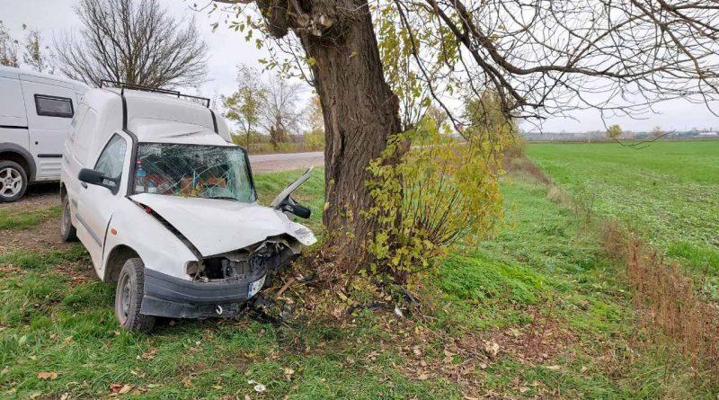 /FOTO/ Accident grav în raionul Sângerei. Un bărbat a ajuns cu mașina într-un copac