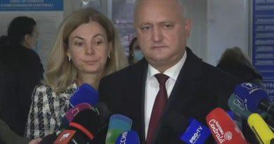 Действующий глава государства Игорь Додон проголосовал на своём избирательном участке вместе с супругой 4