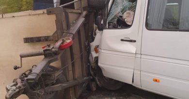 /FOTO/ Accident în raionul Râșcani. Trei persoane au ajusn la spital după ce microbusul în care se aflau s-a tamponat într-o remorcă