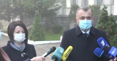 """Premierul Ion Chicu printre primii politicieni la secția de vot. """"Scrutinul va arăta lumii ce înseamnă statul Republica Moldova"""""""