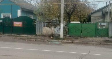 Un tânăr din Bălți s-a izbit cu mașina într-un gard, apoi într-o fântână