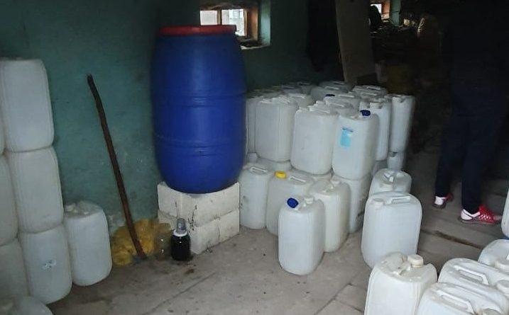 /FOTO/ Polițiștii din Bălți au depisat în gospodăria unui bărbat din oraș 200 litri de alcool contrafăcut