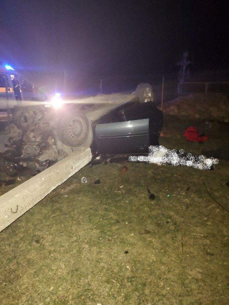 /FOTO/ Accident violent în raionul Sângerei. O femeie a murit, iar conducătorul auto a părăsit locul accidentului după ce a ajuns cu mașina într-un pilon de electricitate 1 15.05.2021