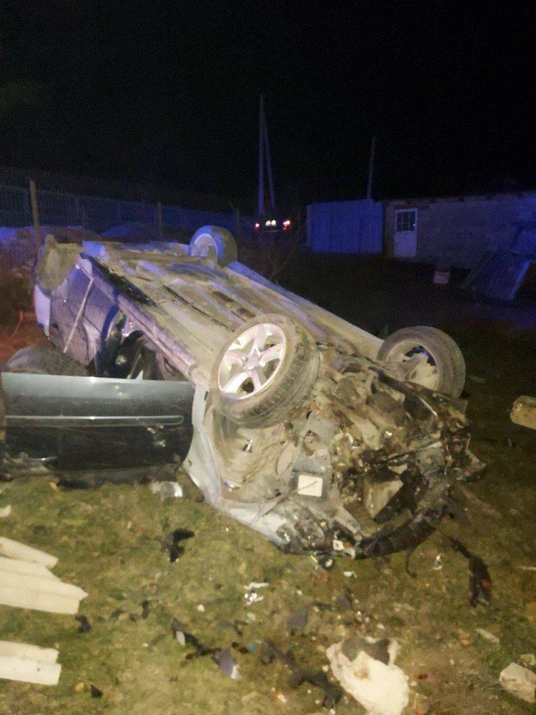 /FOTO/ Accident violent în raionul Sângerei. O femeie a murit, iar conducătorul auto a părăsit locul accidentului după ce a ajuns cu mașina într-un pilon de electricitate 2 15.05.2021