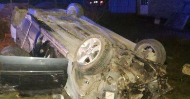 /FOTO/ Accident violent în raionul Sângerei. O femeie a murit, iar conducătorul auto a părăsit locul accidentului după ce a ajuns cu mașina într-un pilon electric