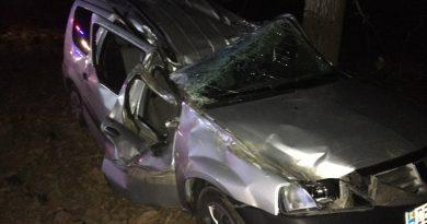 /FOTO/ Un tânăr din raionul Edineț în stare de ebrietate s-a tamponat cu automobilul într-un copac la Râșcani