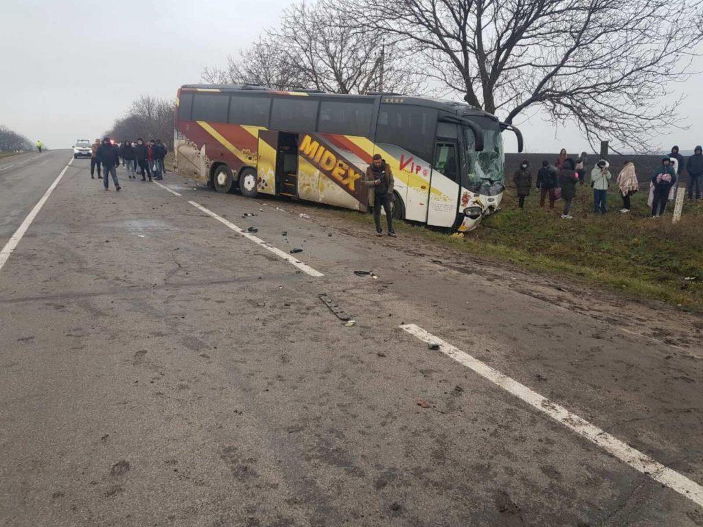 /FOTO/ Grav accident în raionul Edineț. Două persoane au murit după ce s-au tamponat cu automobilul într-un autocar de rută 1 12.04.2021