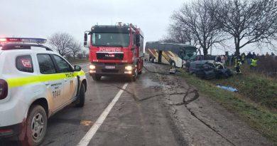 /FOTO/ Grav accident în raionul Edineț. Două persoane au murit după ce s-au tamponat cu automobilul într-un autocar de rută