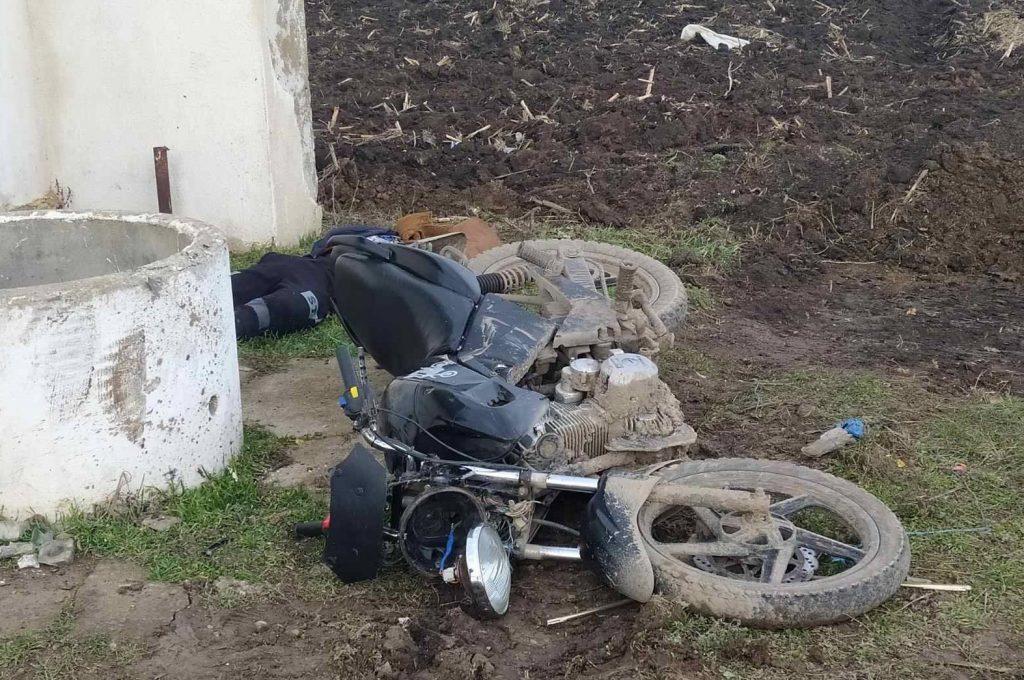 Foto /FOTO/ Un tânăr din raionul Florești a murit, după ce s-a tamponat cu motocicleta într-un inel de beton armat 1 13.06.2021