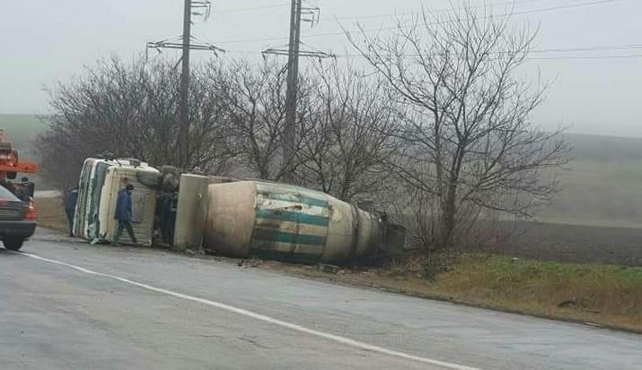 /FOTO/ O autobetonieră s-a răsturnat pe o șosea din raionul Sângerei