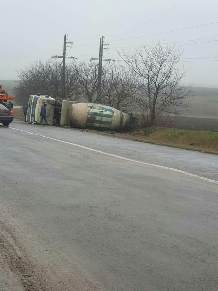 Foto /FOTO/ O autobetonieră s-a răsturnat pe o șosea din raionul Sângerei 1 29.07.2021