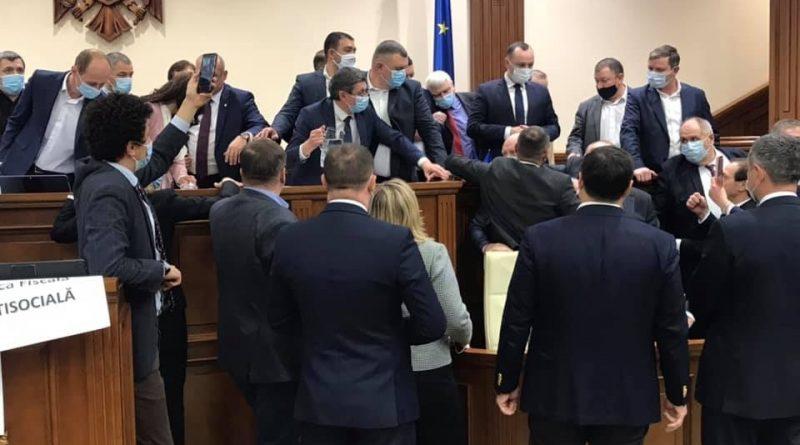 Deputații care au distrus bunurile din Parlament vor plăti din propriul buzunar reparația acestora